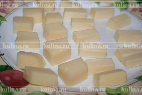 Масло и сыр нарезать равномерными кусочками.