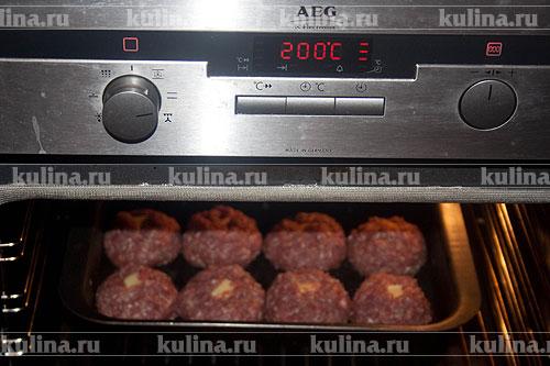 Противень с котлетами отправляем в разогретую до 180-200 градусов духовку. Запекать около 35-40 минут до полной готовности.