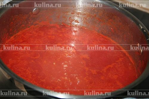 Теперь переложим помидоры в большую кастрюлю, я обычно варю в 5 литровой. Выложим туда мелко нарезаный чеснок, выльем уксус, сахар, масло, соль, перемешаем и будем кипятить около 20 минут.