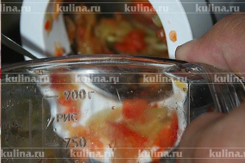 В это время помоем перец, вытащим зерна и  нарежем его в мясорубке с насадкой для резки овощей или разрежем его на 4 части. Выложить его в томаты и проварить еще около получаса.