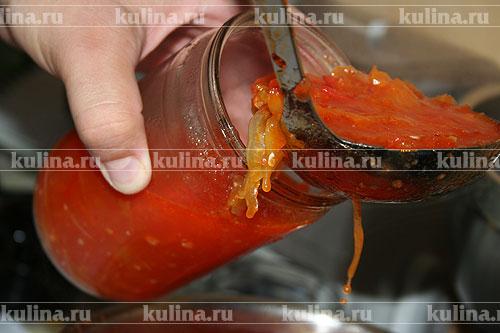 Затем в подготовленные банки выкладываем перец и заливаем томатным маринадом.