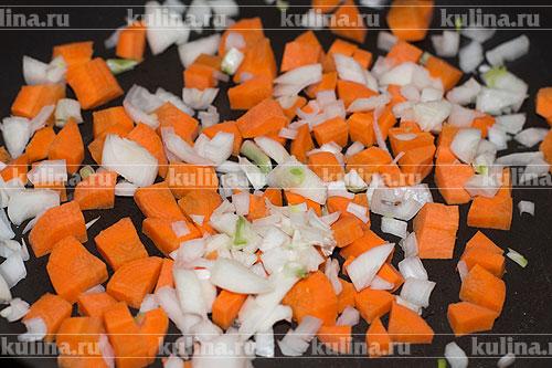 Берем сухую сковороду и ставим ее на плиту, разогреваем. Репчатый лук и морковь нарезать произвольно, выложить в сковороду.