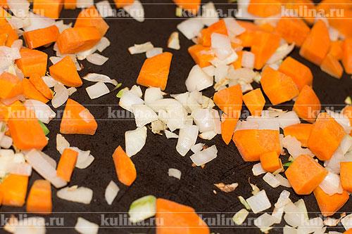 Периодически мешая, подсушиваем овощи до золотистого цвета.