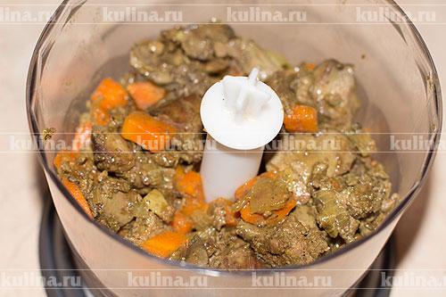 Переложить печенку с овощами в чашу блендера.