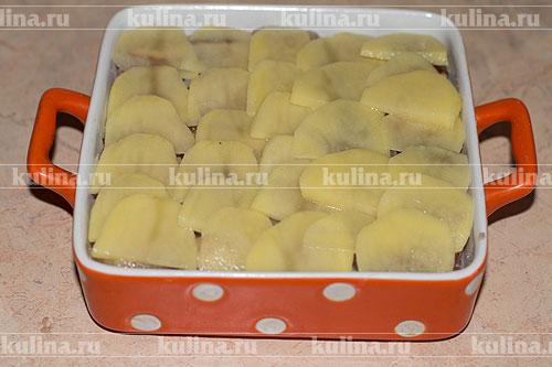Картофель очистить и нарезать кружочками толщиной около 3 мм. Картофель выложить на грибы.