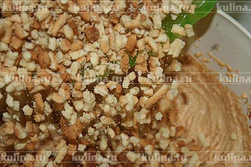 В крем всыпаем крошки, перемешиваем массу и выкладываем горочкой на блюдо. Посыпать горку тертым шоколадом или маком. Поставить приготовленный торт Муравейник минимум на 2 часа в холодильник.