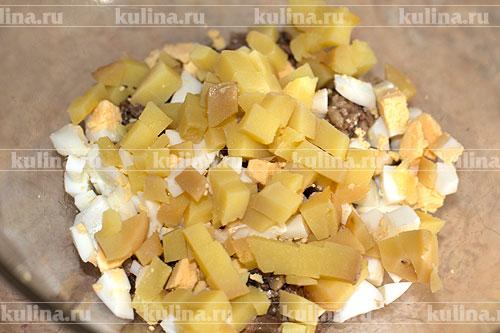 Картофель нарезать кубиком и положить в миску.