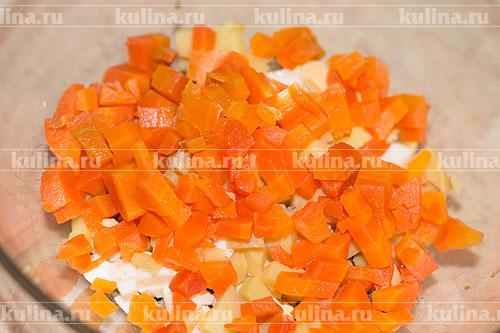 Морковь нарезать кубиком и положить к остальным ингредиентам.