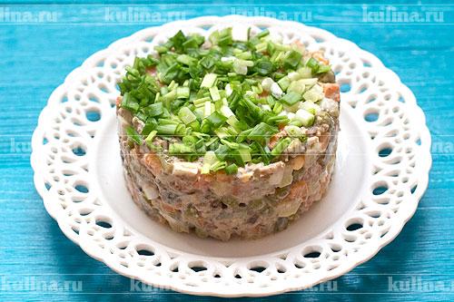 Поверхность салата посыпать мелко нарезанным зеленым луком и подать салат к столу. Приятного аппетита!