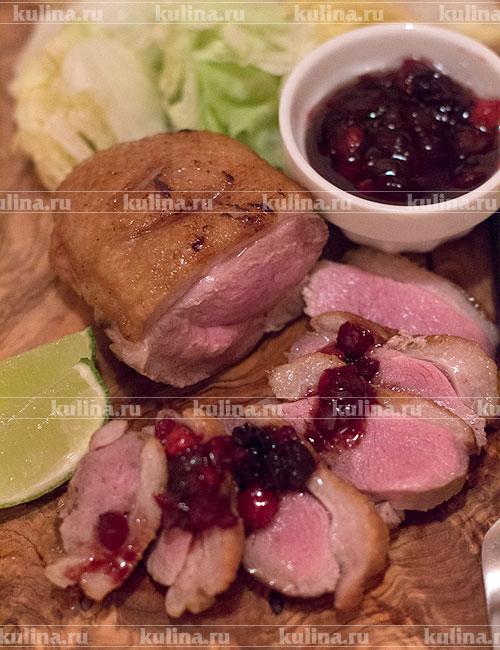 На тарелку выложить нарезанные кусочки утки (мясо должно иметь нежно розовый цвет), подать к столу с соусом. Приятного аппетита!