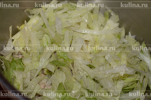 Добавить нарезанный соломкой салат.
