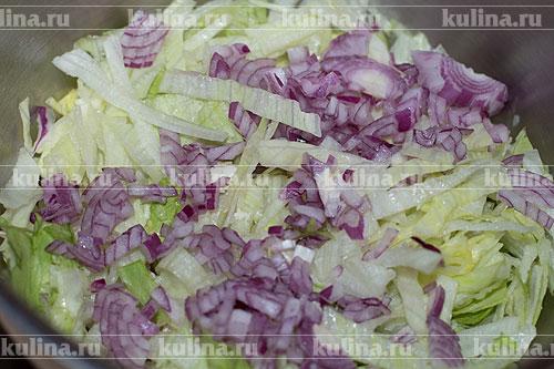 Репчатый лук мелко нарезать и добавить к остальным ингредиентам.