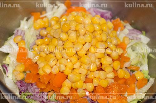 С кукурузы слить жидкость и положить ее в миску.
