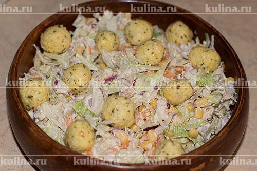 Выложить салат на красивое блюдо, поверх уложить сырные шарики.