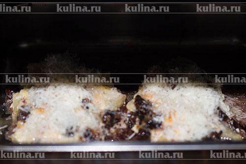 Поставить обратно в духовку и запекать до тех пор, пока не образуется аппетитная сырная корочка.