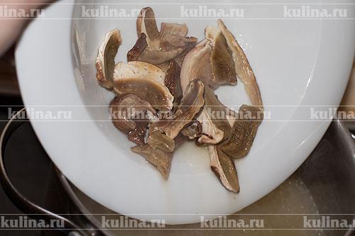 Остальной бульон в кастрюле поставить на плиту и довести до кипения. Выложить грибы.