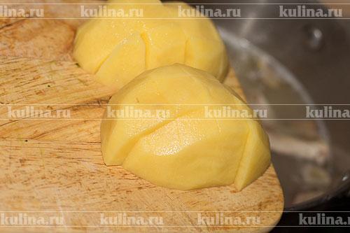 Картофель очистить, нарезать кубиками и выложить в бульон.