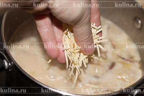 За 5 минут до окончания варки, положите в суп лапшу, посолите суп по вкусу.