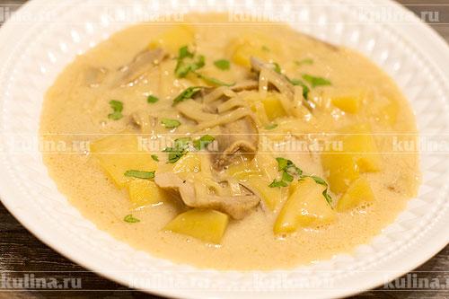 Готовый суп разлейте по тарелкам, посыпьте свежей зеленью и подайте к столу. Приятного аппетита.
