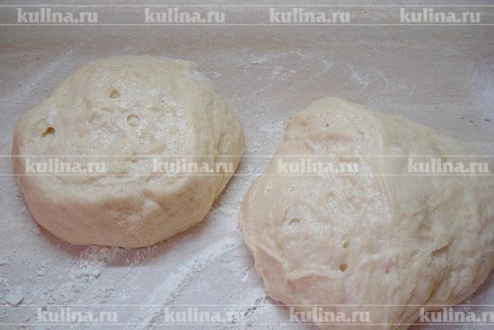 Т.к. меньший объем удобнее вымешивать, разделить тесто пополам и подмесить немного каждый кусок.