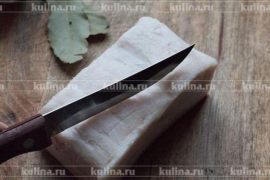Ножом очистить сало от грязи, если таковая имеется.