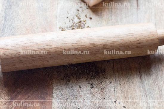 Семена укропа и кориандра размять с помощью скалки.
