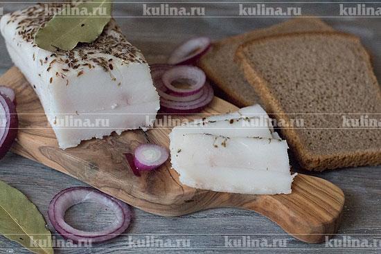 Через 3 дня сало готово, уберите его в морозилку, переложив в фольгу или пергаментную бумагу. По мере необходимости нарезать сало ломтиками и подать к столу. Приятного аппетита!