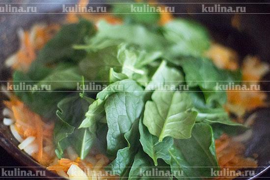 Снять с плиты, положить в сковороду листья шпината, перемешать.
