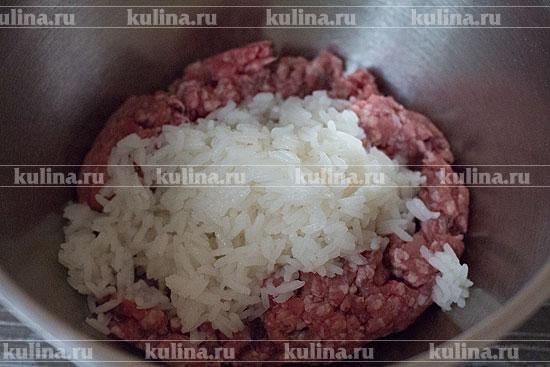 Соединить в миске фарш и рис.