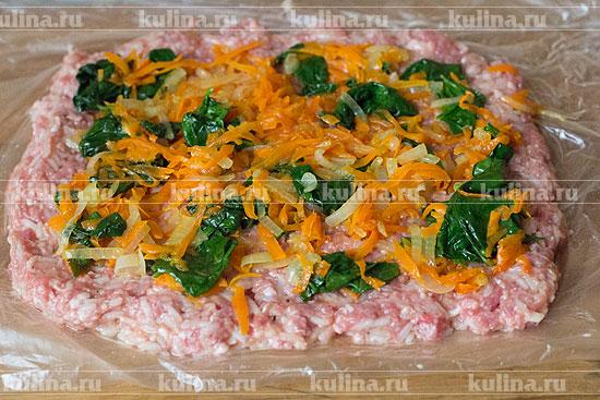 Разложить на пласте фарша овощную начинку.