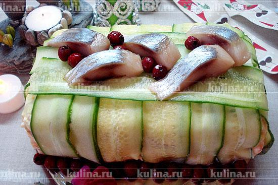 Украсить салат ломтиками селедки и ягодами клюквы или брусники.