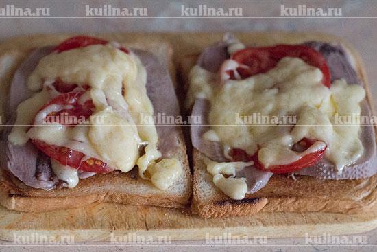 Сверху накрыть помидоры расплавленным сыром.