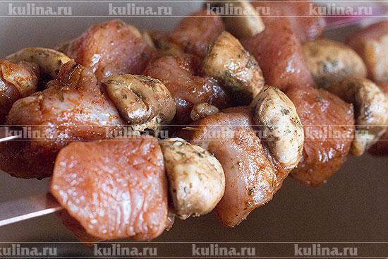Снять с индейки и грибов лишние специи, нанизать поочередно на шампуры.