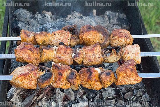 Обжаривать шашлык из индейки с шампиньонами до готовности.