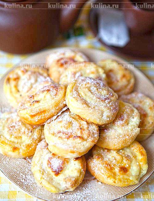 Готовые булочки посыпать сахарной пудрой и подать к столу.