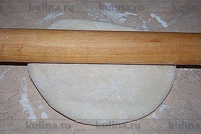 Тесто раскатать в круг большего размера, чем форма для выпечки.