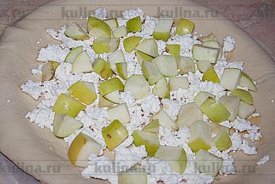Яблоки нарезать небольшими кубиками и выложить на творог.