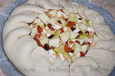 Закрыть пирог по краям тестом так, как показано на фото.