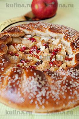 Готовый пирог остудить, посыпать зернами граната и подать к столу. Приятного аппетита.