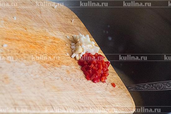 Чеснок и острый перец измельчить, положить в миску.