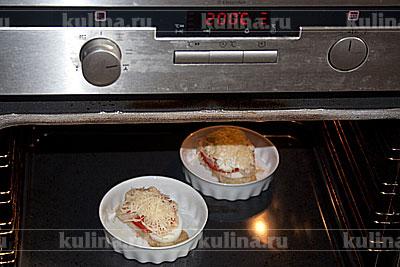Поставить рыбу в разогретую до 200 градусов духовку. Запекать 10-12 минут до образования аппетитной сырной корочки.