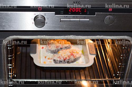 Поставить в разогретую до 200 градусов духовку и запекать 30 минут.